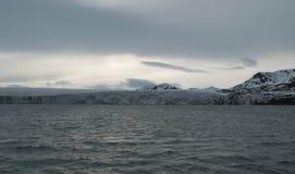 Ghiacciaio che incontra l'oceano alle Svalbard in Norvegia Immagini Stock
