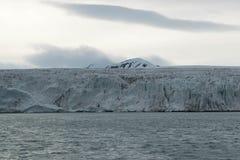 Ghiacciaio che incontra l'oceano alle Svalbard in Norvegia Fotografie Stock Libere da Diritti