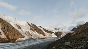Ghiacciaio con le nuvole altamente in montagne video d archivio