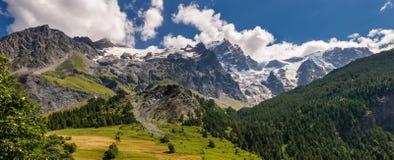 Ghiacciaio di Meije della La dal villaggio della tomba della La nel parco nazionale di Ecrins Hautes-Alpes Alpi, Francia Fotografia Stock Libera da Diritti