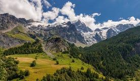 Ghiacciaio di Meije della La nel parco nazionale di Ecrins dal villaggio della tomba della La Hautes-Alpes Alpi, Francia Fotografie Stock