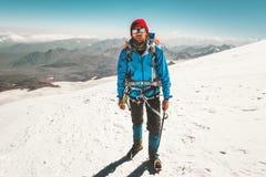 Ghiacciaio di scalata di montagna dell'alpinista dell'uomo Fotografia Stock