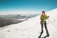Ghiacciaio di scalata di montagna dell'alpinista della donna Fotografia Stock