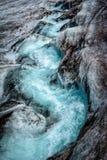 Ghiacciaio islandese con la frattura blu fotografia stock