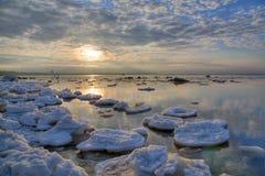 Ghiaccio-banchise galleggianti nel mare di inverno fotografie stock