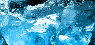 Ghiaccio blu in acqua Immagini Stock
