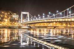 Ghiaccio che entra sotto Elisabeth Bridge a Budapest Fotografia Stock