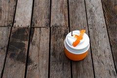 Ghiaccio che fa un picnic sulla piattaforma di legno Fotografia Stock