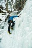 Ghiaccio che scala su una cascata congelata fotografia stock