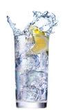Ghiaccio che spruzza in tazza di acqua Immagini Stock Libere da Diritti