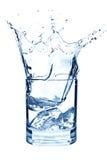 Ghiaccio che spruzza in tazza di acqua Fotografie Stock