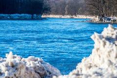 Ghiaccio del fiume di Neris tagliato su una banca immagine stock libera da diritti