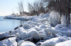 Ghiaccio della riva spolverato neve in sole Fotografia Stock Libera da Diritti