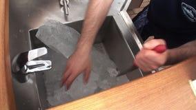 Ghiaccio della rottura della mano in ristorante video d archivio