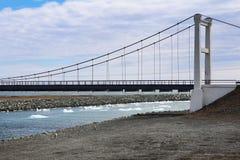 Ghiaccio di fusione sul fiume che galleggia sotto il ponte Deriva, alta marea e deriva del ghiaccio di stagione primaverile Immagine Stock