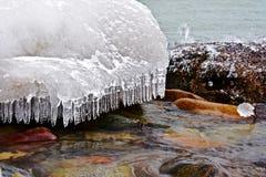 Ghiaccio e rocce della riva Fotografie Stock