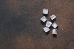 Ghiaccio freddo su un fondo concreto fotografia stock