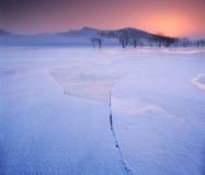 Ghiaccio incrinato sul fiume congelato Fotografie Stock Libere da Diritti