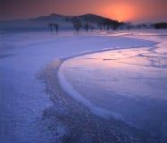 Ghiaccio incrinato sul fiume congelato Fotografia Stock