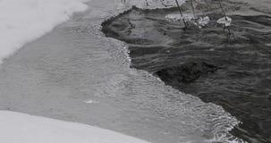 Ghiaccio nel fiume durante il giorno video d archivio