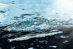 Ghiaccio reale bluastro in acqua fotografie stock