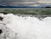 Ghiaccio-Rompa nel lago Laberge, il territorio di Yukon, Canada fotografie stock