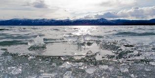 Ghiaccio-Rompa nel lago Laberge, il territorio di Yukon, Canada immagine stock