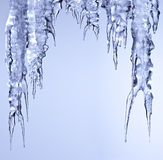 Ghiaccio scintillante del ghiacciolo che appende e che si fonde Fotografie Stock Libere da Diritti