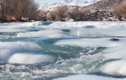 Ghiaccio sul fiume della montagna Fotografie Stock