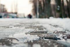 Ghiaccio sul freddo di inverno della neve della strada immagine stock