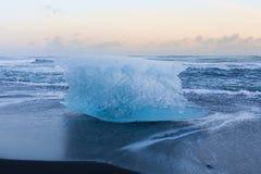 Ghiaccio sull'orizzonte nero della spiaggia di sabbia, Islanda Fotografia Stock