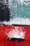 Ghiaccio sulla finestra e sulla serratura di automobile Fotografia Stock