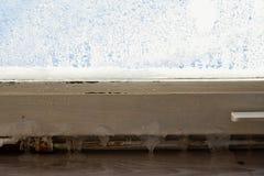 Ghiaccio sulla vecchia casa di struttura della finestra Fotografia Stock Libera da Diritti