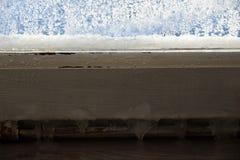 Ghiaccio sulla vecchia casa di struttura della finestra Immagini Stock Libere da Diritti