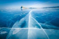 Ghiaccio tagliato naturale in acqua congelata al lago Baikal, Siberia, Russia fotografia stock libera da diritti