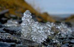 Ghiaccioli capricciosi sulle rocce. Fotografia Stock