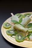 Ghiaccioli del gelato del sorbetto del kiwi Fotografia Stock