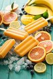Ghiaccioli della banana del mango su ghiaccio immagine stock