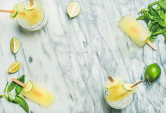 Ghiaccioli di rinfresco della limonata di estate con calce e la menta, vista superiore immagini stock