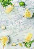 Ghiaccioli di rinfresco della limonata di estate con le foglie di menta e della calce fotografie stock