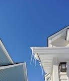 Ghiaccioli di scena di inverno su un chiaro cielo blu che luminoso la Nuova Inghilterra copre Fotografie Stock Libere da Diritti