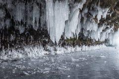 Ghiaccioli scuri e spaventosi in una caverna e nei pezzi rotti del ghiaccio Fotografia Stock Libera da Diritti