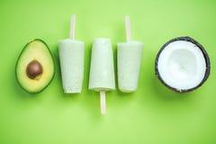 Ghiaccioli stanti a dieta della noce di cocco e dell'avocado fotografia stock