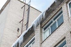 Ghiaccioli su costruzione o sulla facciata vivente della casa Fotografia Stock Libera da Diritti