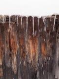 Ghiaccioli su una capanna di legno Fotografie Stock