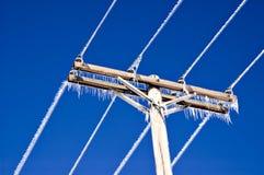 Ghiaccioli sui collegare e su Palo di telefono Fotografia Stock Libera da Diritti