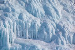 Ghiaccioli sulla parete del ghiaccio immagine stock libera da diritti