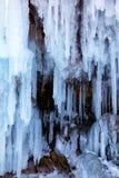 Ghiaccioli sulla parete del ghiaccio immagini stock libere da diritti