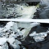 Ghiaccioli sulle rapide del fiume Inverno Immagine Stock Libera da Diritti