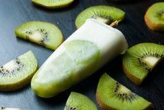 Ghiacciolo con il kiwi Immagini Stock